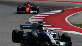 Lewis Hamilton por delante de Sebastian Vettel (Getty)