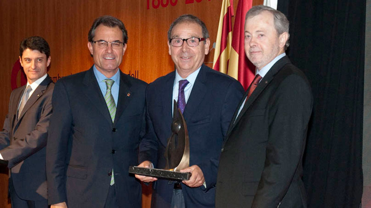 Joan Planes recibe un premio junto a Artur Mas. (Foto: Fluidra)