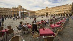 Un camarero sirve mesas en la Plaza Mayor de Salamanca (Foto:iStock)