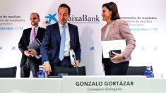 El consejero delegado de CaixaBank, Gonzalo Gortázar (centro), tras finalizar la presentación de los resultados de los nueve primeros meses de 2017 . (Foto: EFE)