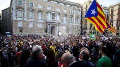 Centenares de personas en la plaza Sant Jaume de Barcelona. Foto: EFE