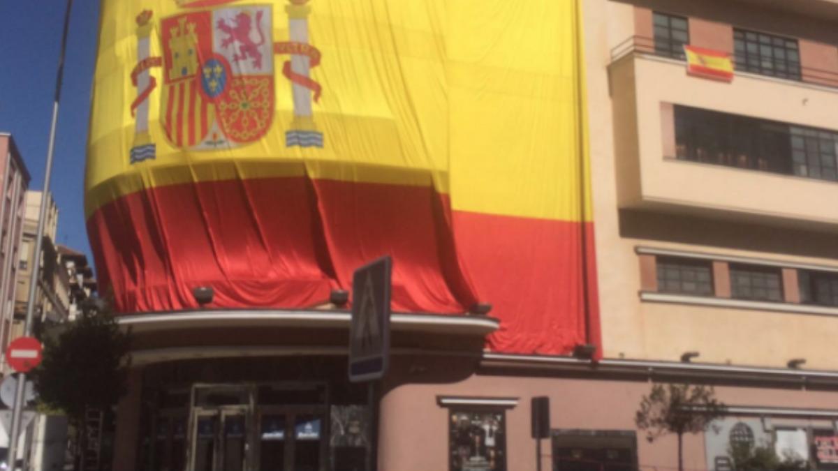 La bandera de España adornando la fachada del Teatro Barceló, antes conocida como la discoteca Pachá. Foto: Twitter