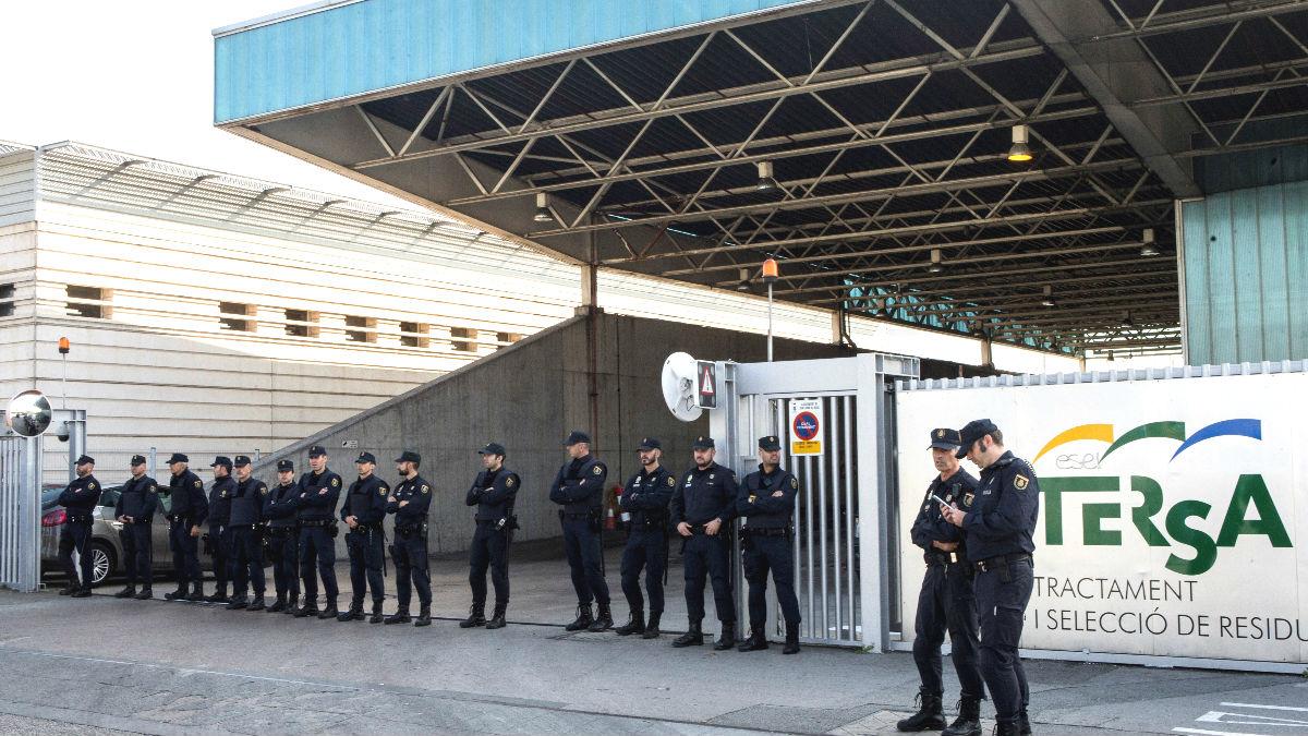 Mas de una veintena de efectivos de la Policía Nacional están tratando de impedir que los Mossos d'Esquadra quemen documentos en una incineradora de Sant Adrià de Besòs (Barcelona). (Foto: Efe)