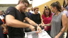 Rompen el precinto de una urna, en un colegio de Tarragona, para realizar el recuento (Foto: EFE).