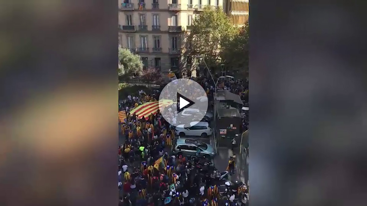 La manifestación de estudiantes, llegando a la plaza de Sant Jaume.