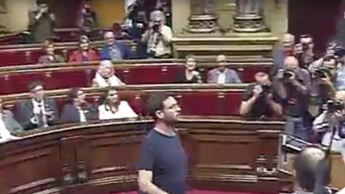 Albano-Dante Fachin en el momento de introducir su voto.