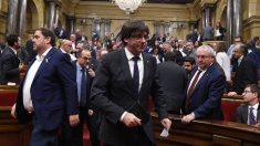 Puigdemont y Junqueras en el Parlament de Cataluña. (Foto: AFP)