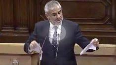 Carlos Carrizosa (C's) rompiendo la propuesta de resolución que se pretende aprobar en el Parlament