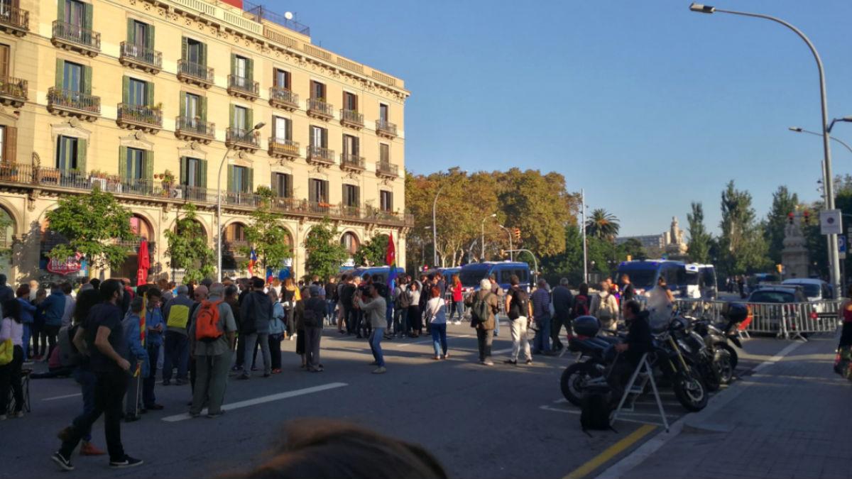 Los accesos al Parlament se llenan de cientos de personas en previsión de la declaración de independencia.