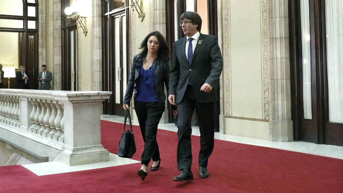 Carles Puigdemont junto a su mujer, Marcela Topor, en el Parlament.