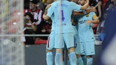 Los jugadores del Barcelona abrazan a Messi en el gol del Barcelona. (AFP)