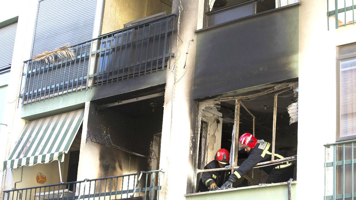 Bomberos en la vivienda incendiada en Burriana (Foto: Efe).
