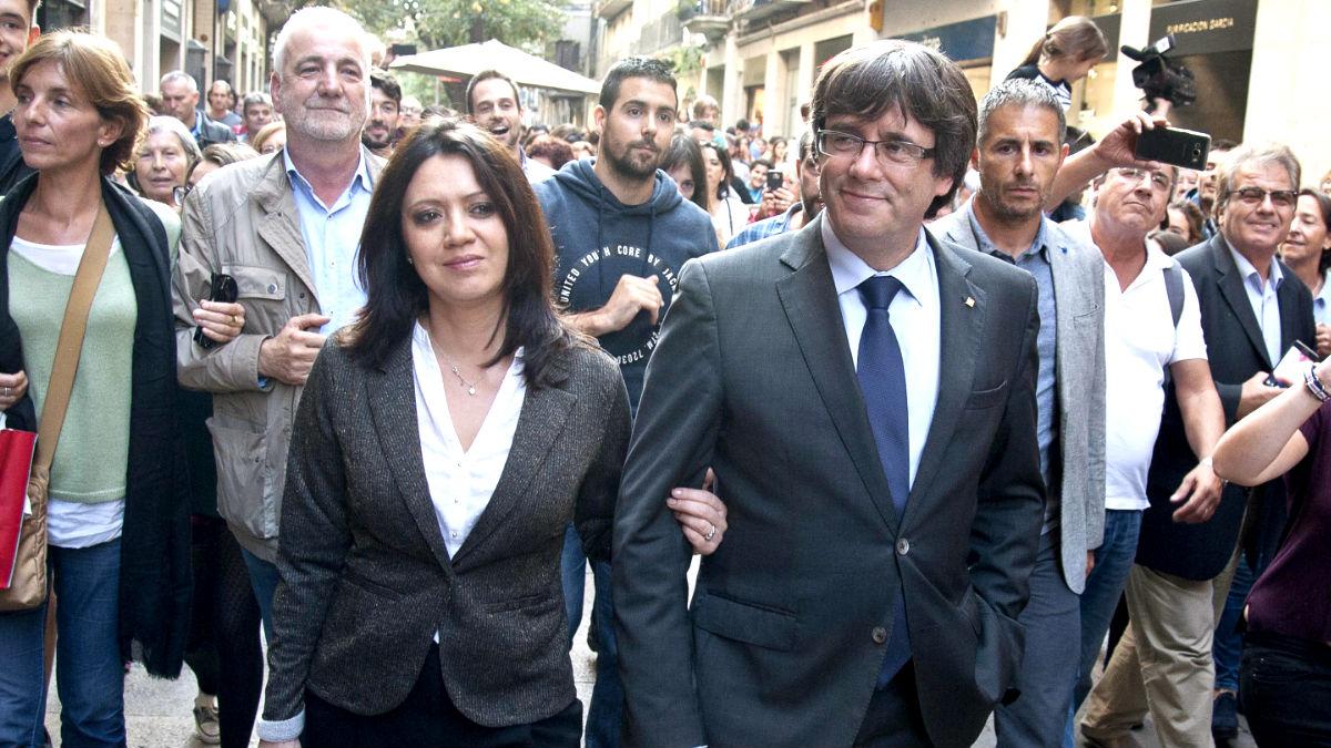 Puigdemont y su esposa pasean este sábado por Gerona (Foto: Efe).