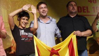 El líder de Podem, Albano Dante Fachin, entre Anna Gabriel (CUP) y Oriol Junqueras (ERC) en un acto independentista celebrado en 2016.
