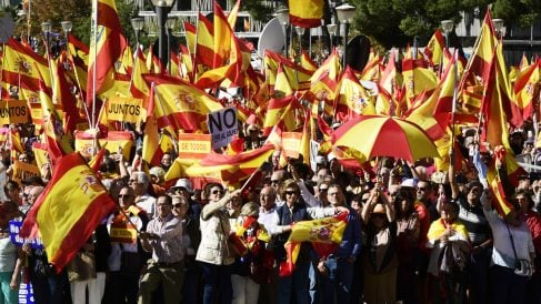 Multitudinaria manifestación celebrada en octubre de 2017 en Colón por la unidad de España. (Foto: AFP)
