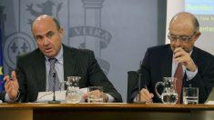 Los ministros de Economía, Luis de Guindos (i), y Hacienda, Cristóbal Montoro. (Foto: EFE)