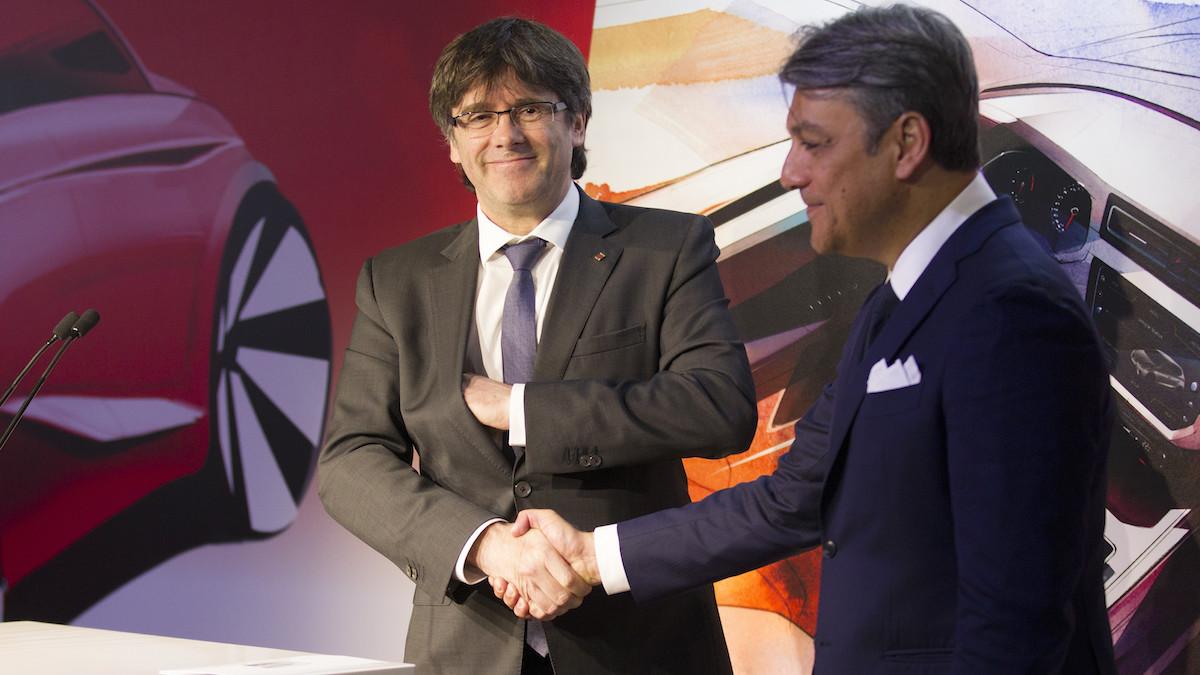 El cesado presidente de la Generalitat, Carles Puigdemont (i), y el presidente de Seat, Luca de Meo. (Foto: EFE)