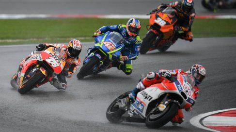 Dovizioso avanza posiciones en el inicio de carrera. (AFP)
