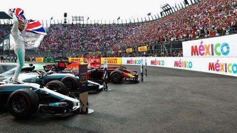 Lewis Hamilton celebra con el público de México su cuarto título en Fórmula 1. (AFP)
