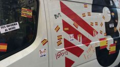 Pegatinas con la bandera española, este domingo en una unidad móvil de TV3.