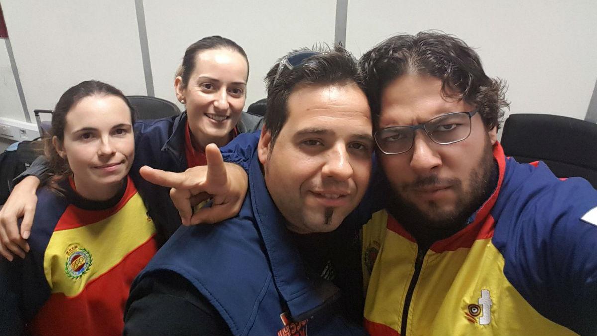 El equipo de foso olímpico en el aeropuerto.