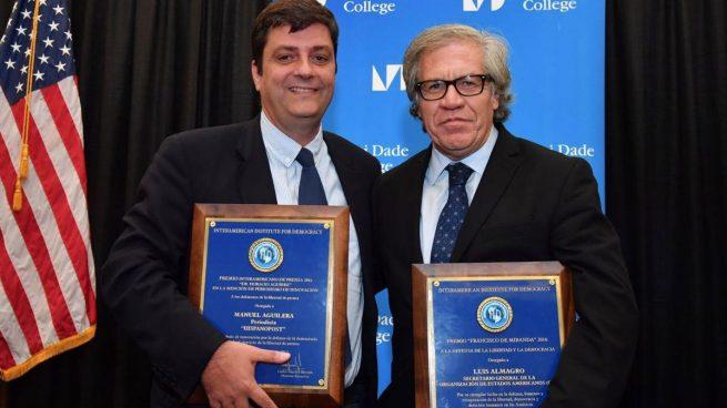 Manuel Aguilera junto con Luís Almagro recibiendo el Premio Horacio Aguirre 2016 a la excelencia periodística.