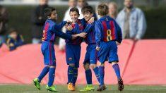 Algunos niños de la Escola del FC Barcelona celebran un gol.