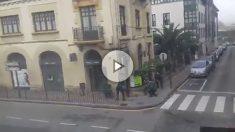 La Guardia Civil interviene en un atraco a una sucrusal bancaria en Cangas de Onís (Asturias).