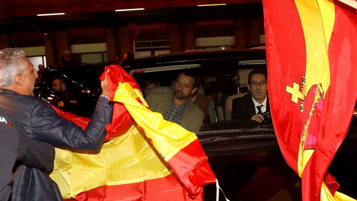 Recibimiento con banderas en Atocha a los consellers separatistas (Foto: EFE)