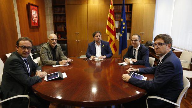 Oriol Junqueras junto a 4 consejeros cesados de la Generalitat de Cataluña (Foto: Efe).