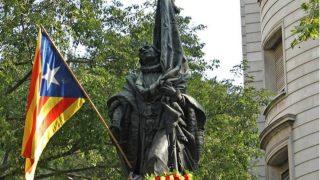 Una estelada decora el monumento a Rafael Casanova en Barcelona.