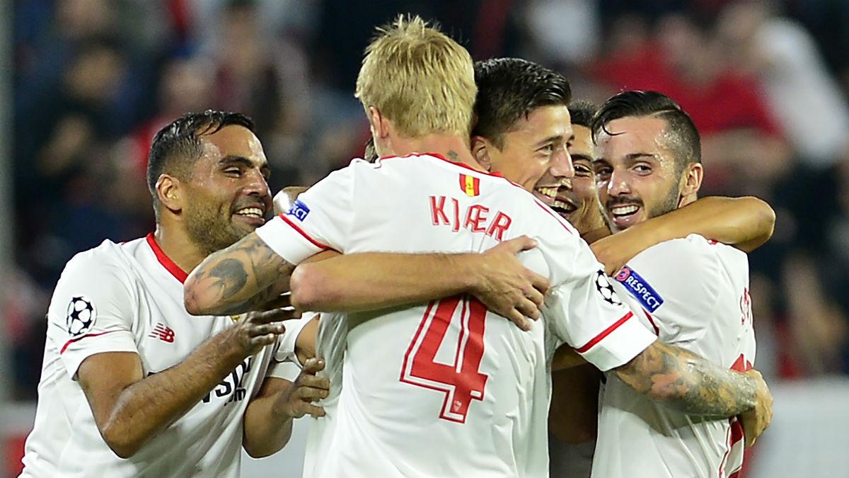 Los jugadores del Sevilla celebran uno de los goles ante el Spartak. (AFP)