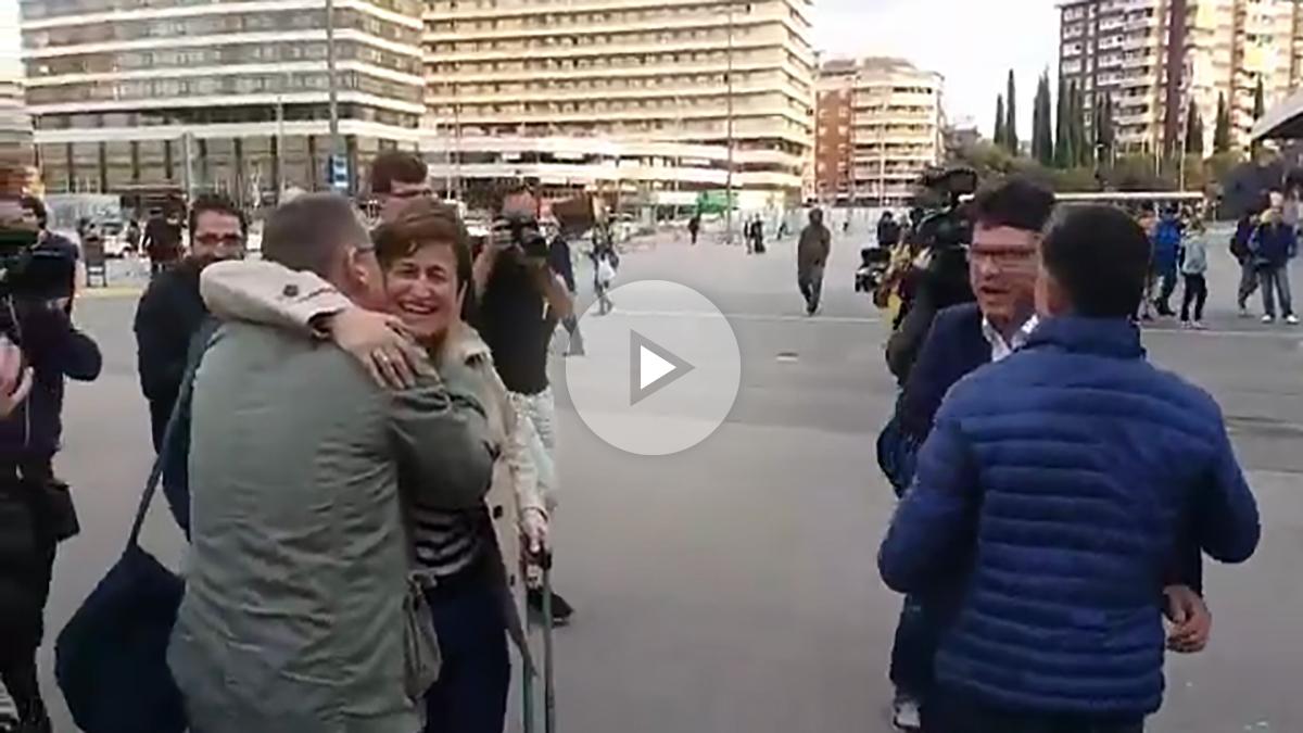 Varios independentistas despiden entre aplausos a Joan Josep Nuet y a Anna Simó en la estación de Sants.