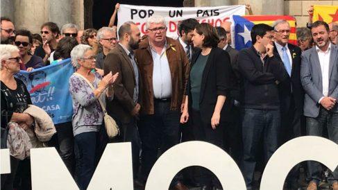 Ada Colau, alcaldesa de Barcelona, junto a los líderes de ANC, Agustí Alcoberro, y Òmnium, Marcel Mauri.