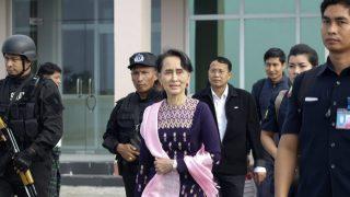 La líder birmana Aaung San Suu Kyi, a su llegada a Rajine para afrontar la crisis rohingya. (AFP)