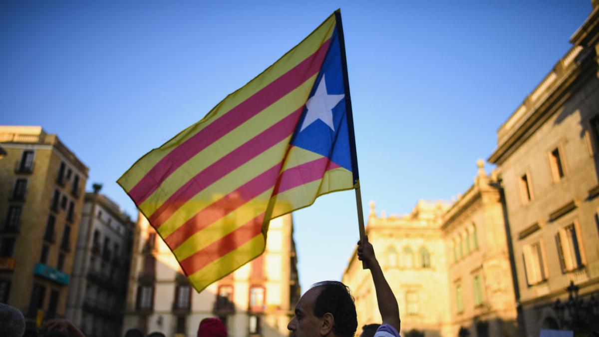 Manifestación con bandera independentista en Cataluña (Foto. Getty)