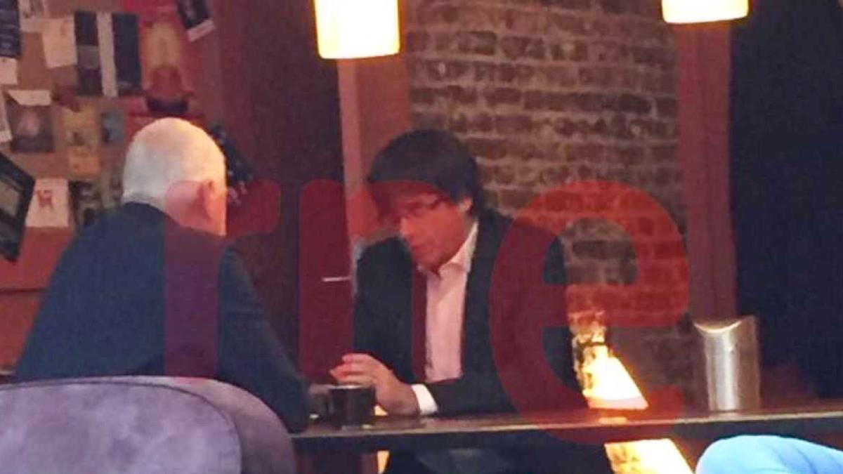 Carles Puigdemont desayunando en Bruselas junto a Josep Maria Matamala. (Foto: RNE)