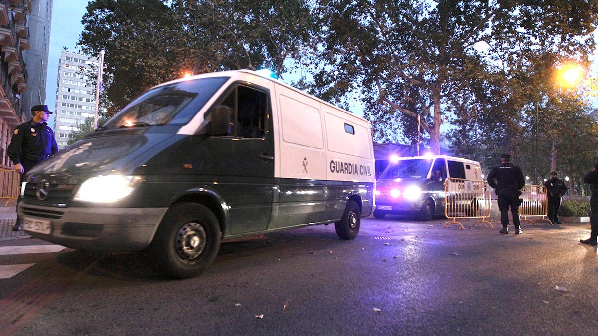 Los furgones de la Guardia Civil abandonan la Audiencia Nacional con los ex consellers en su interior. (Foto: F. Toledo)