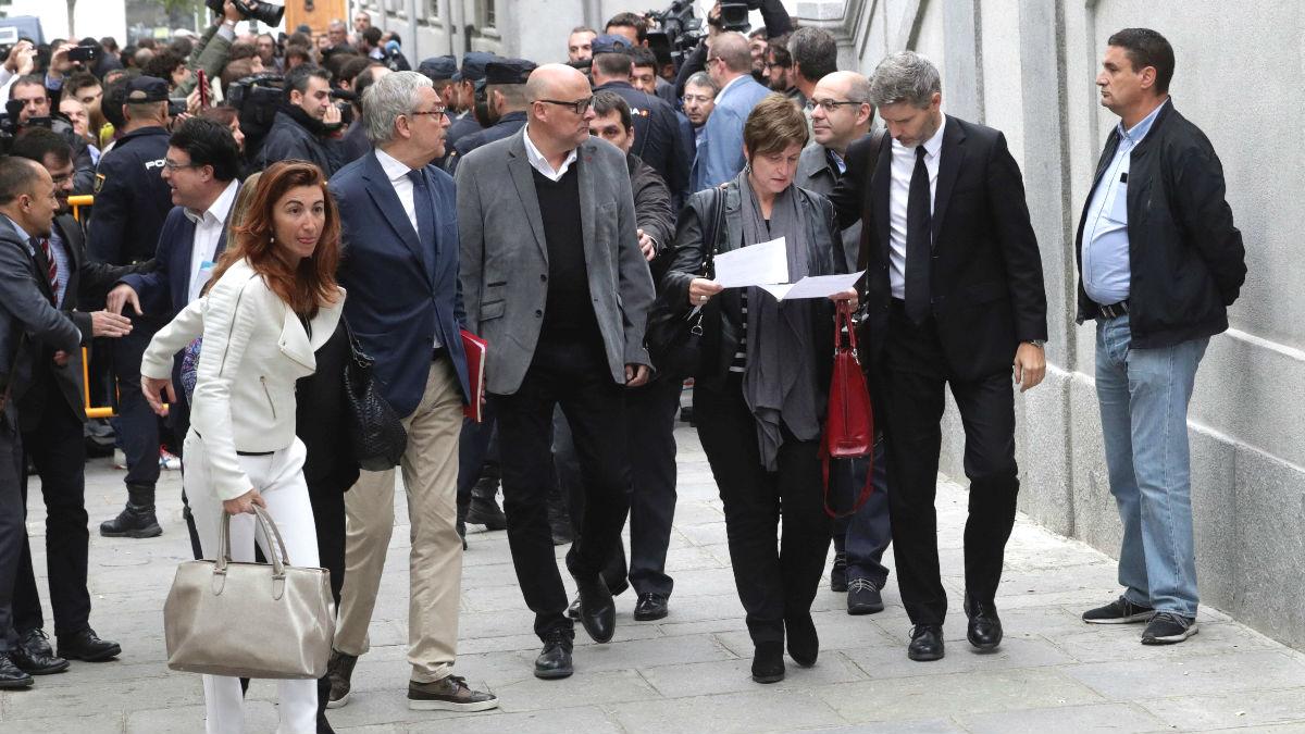 Los miembros de la Mesa del Parlament de Cataluña, Anna Simó, 2ªiz, y Lluis Guinó,detrás, entre otros, a su llegada a la sede del Tribunal Supremo (Foto: Efe)