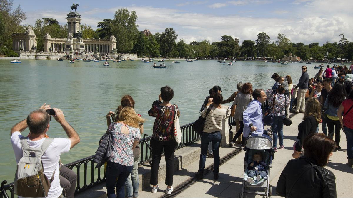 Turistas visitando el parque madrileño del Retiro (Foto:iStock)