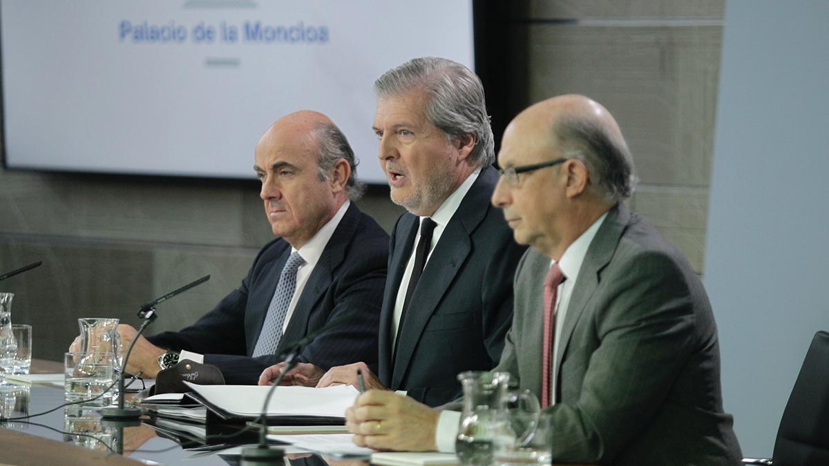 Luis de Guindos, íñigo Méndez de Vigo y Cristobal Montoro en el Consejo De Ministros. (FOTO: FRANCISCO TOLEDO)