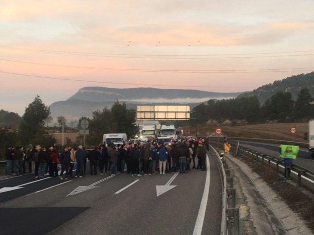 Los radicales de la CUP cortan algunas vías y carreteras en Cataluña