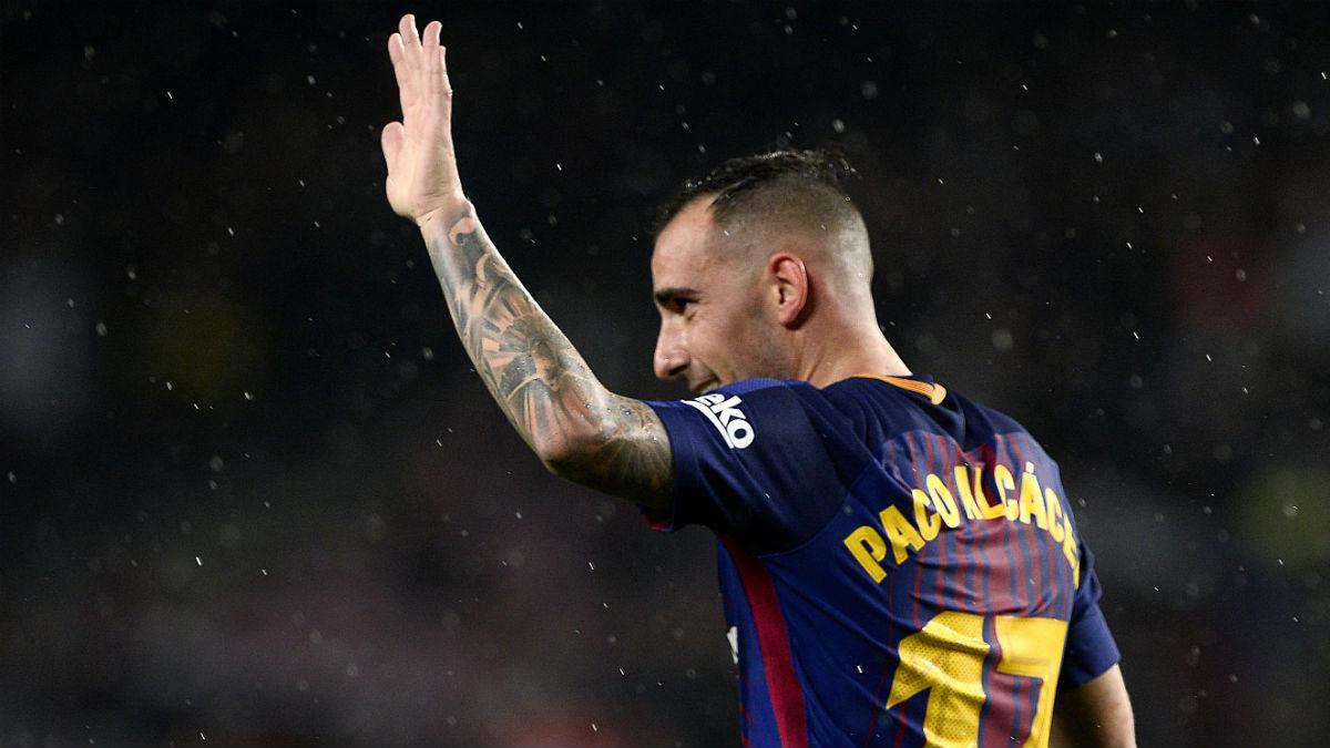 Paco Alcácer saluda al público del Camp Nou tras su exhibición. (AFP)