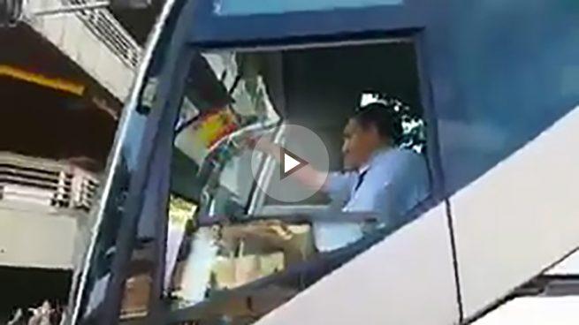 Un Mosso D'Esquadra amenaza con multar a un conductor de autobús por ondear la bandera de España