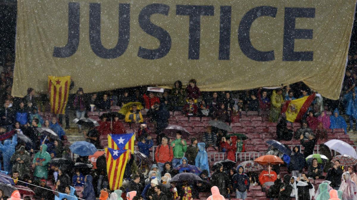 Pancarta desplegada en el Camp Nou. (AFP)