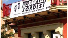 Pancarta en la sede de la Policía local de Llavaneres pidiendo la libertad de los 'jordis'