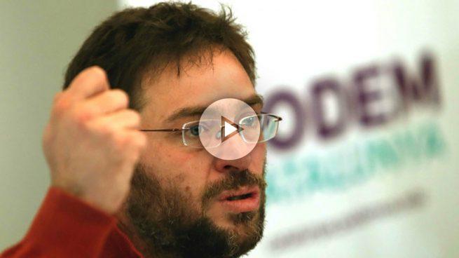 Fachin dimite como líder de Podem por su pelea con Iglesias y rompe el carnet del partido