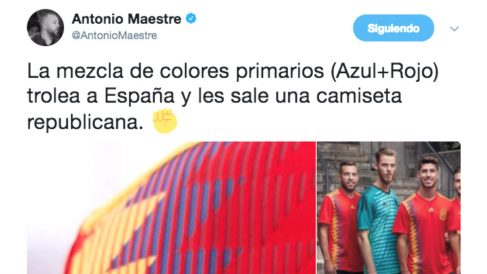 """El tuit con el que el podemita Antonio Maestre celebra con el puño en alto la nueva """"camiseta republicana"""" de la selección española"""