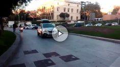 Coches circulando por zonas peatonales para evitar los cortes de calles de los separatistas