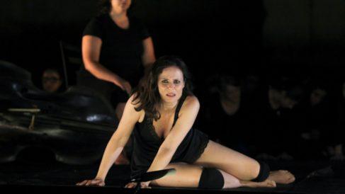 Aitana Sánchez-Gijón encabeza el reparto de 'Troyanas' que llega al Teatro Español de Madrid.